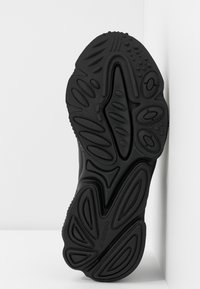 adidas Originals - OZWEEGO - Sneakersy niskie - core black/offwhite/legion purple - 6