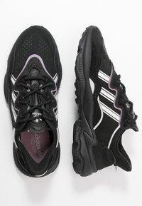 adidas Originals - OZWEEGO - Sneakersy niskie - core black/offwhite/legion purple - 3