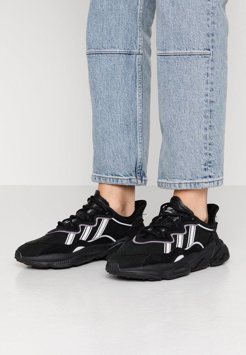 adidas Originals - OZWEEGO - Sneakersy niskie - core black/offwhite/legion purple
