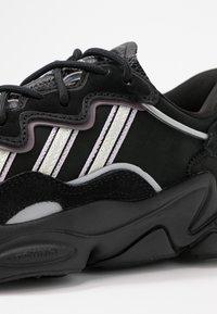 adidas Originals - OZWEEGO - Sneakersy niskie - core black/offwhite/legion purple - 2