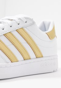 adidas Originals - TEAM COURT - Joggesko - footwear white/gold metallic - 2