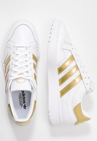 adidas Originals - TEAM COURT - Joggesko - footwear white/gold metallic - 3