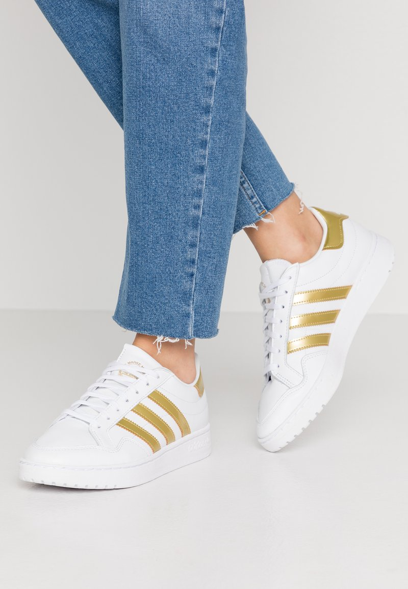 adidas Originals - TEAM COURT - Joggesko - footwear white/gold metallic