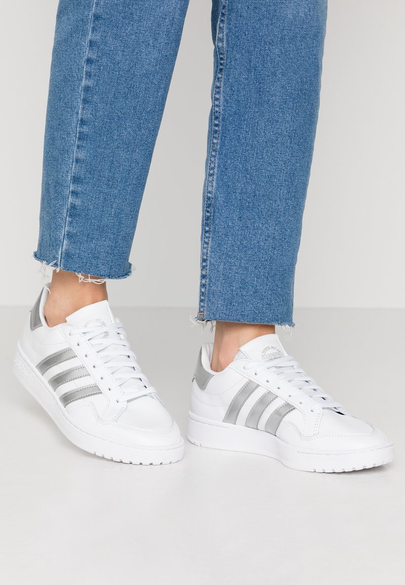 adidas Originals - TEAM COURT - Baskets basses - footwear white/silver metallic