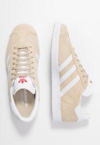 adidas Originals - GAZELLE - Trainers - savanne/footwear white/glow red - 3