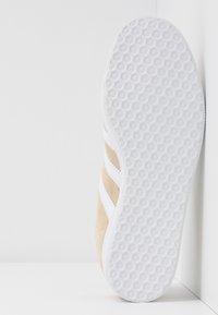 adidas Originals - GAZELLE - Trainers - savanne/footwear white/glow red - 6