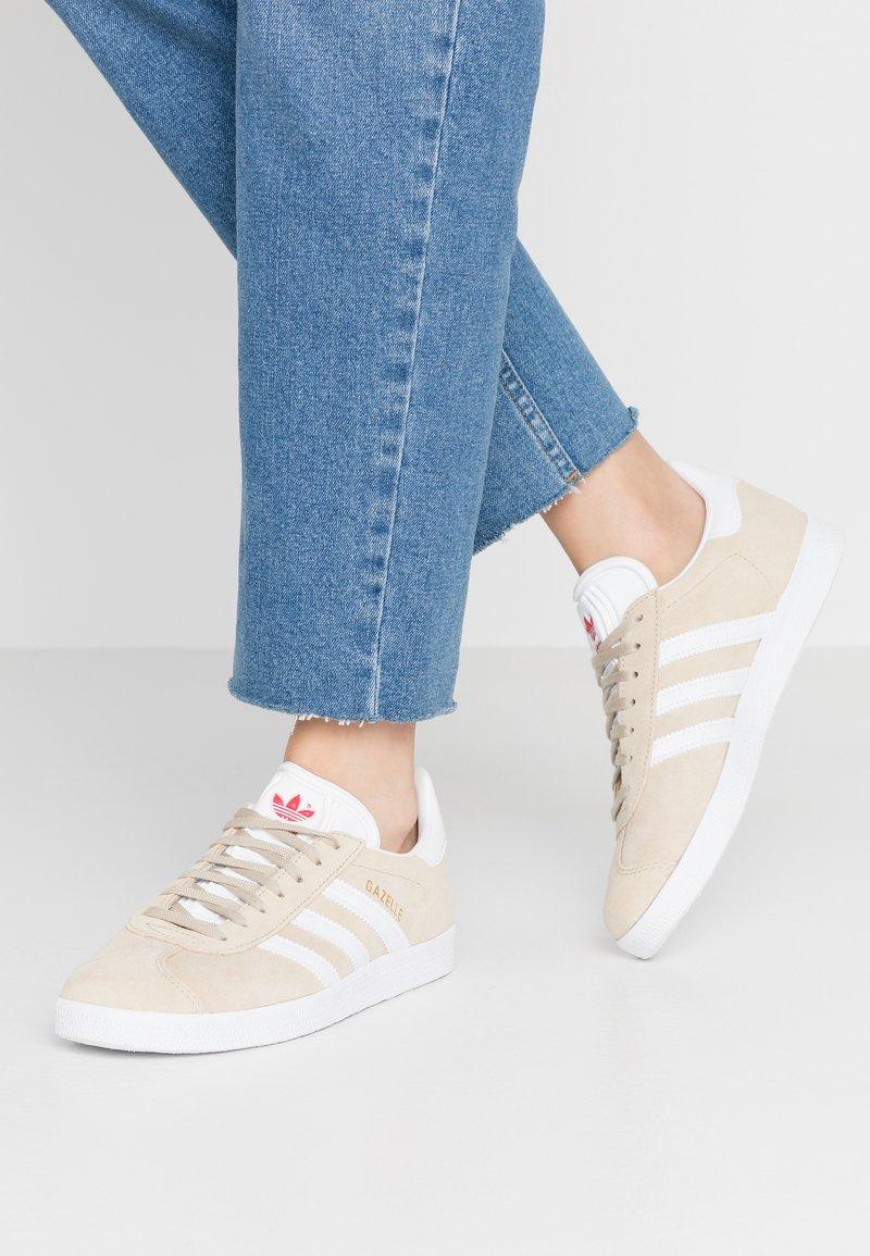 adidas Originals - GAZELLE - Trainers - savanne/footwear white/glow red
