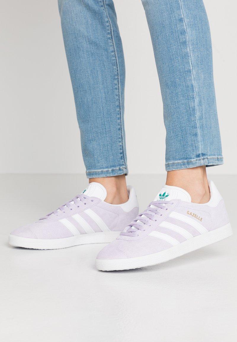 adidas Originals - GAZELLE - Sneakers laag - purple tint/footwear white/glacier green