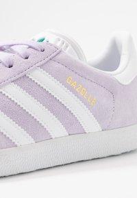 adidas Originals - GAZELLE - Sneakers laag - purple tint/footwear white/glacier green - 2