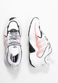 adidas Originals - MAGMUR RUNNER - Sneakersy niskie - footwear white/grey one/glow pink - 3