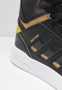 adidas Originals - DROP STEP  - Høye joggesko - core black/gold metallic/footwear white - 2