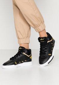 adidas Originals - DROP STEP  - Høye joggesko - core black/gold metallic/footwear white - 0