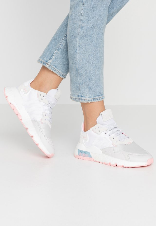 NITE JOGGER  - Matalavartiset tennarit - footwear white/glow pink/grey one