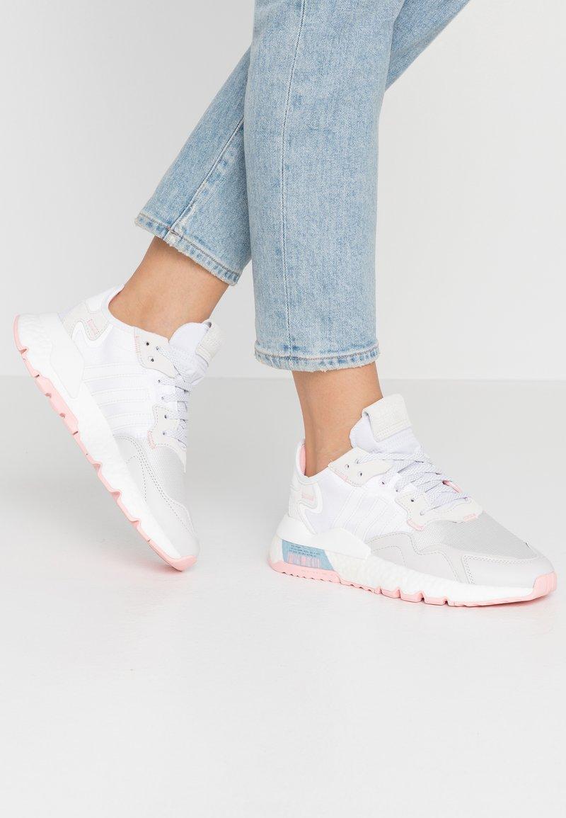 adidas Originals - NITE JOGGER  - Joggesko - footwear white/glow pink/grey one