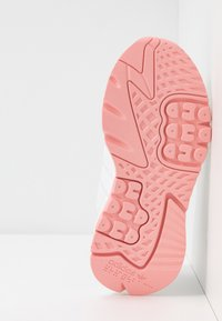 adidas Originals - NITE JOGGER  - Sneakersy niskie - footwear white/glow pink/grey one