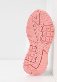 adidas Originals - NITE JOGGER  - Joggesko - footwear white/glow pink/grey one - 6