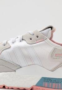 adidas Originals - NITE JOGGER  - Joggesko - footwear white/glow pink/grey one - 2