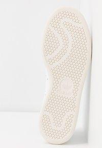 adidas Originals - STAN SMITH  - Sneaker low - footwear white/scarlet/chalk white - 6