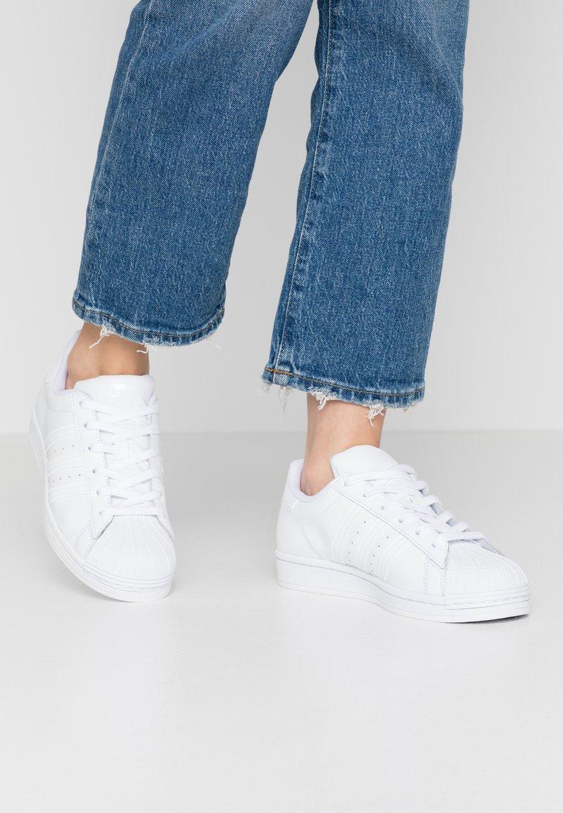 adidas Originals - SUPERSTAR  - Sneakersy niskie - footwear white