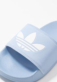 adidas Originals - ADILETTE LITE - Muiltjes - periwinkle/footwear white - 2