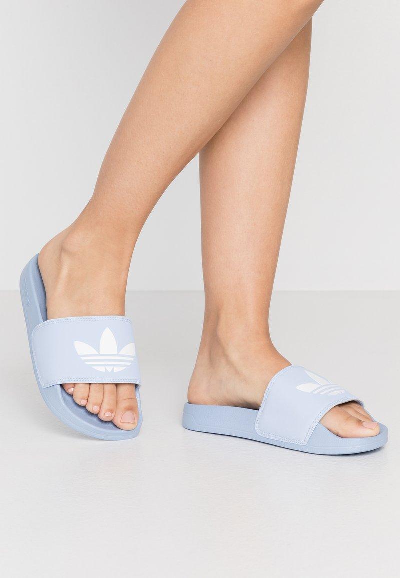 adidas Originals - ADILETTE LITE - Muiltjes - periwinkle/footwear white