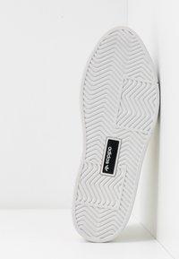 adidas Originals - SLEEK SUPER - Zapatillas - offwhite/crystal white - 6