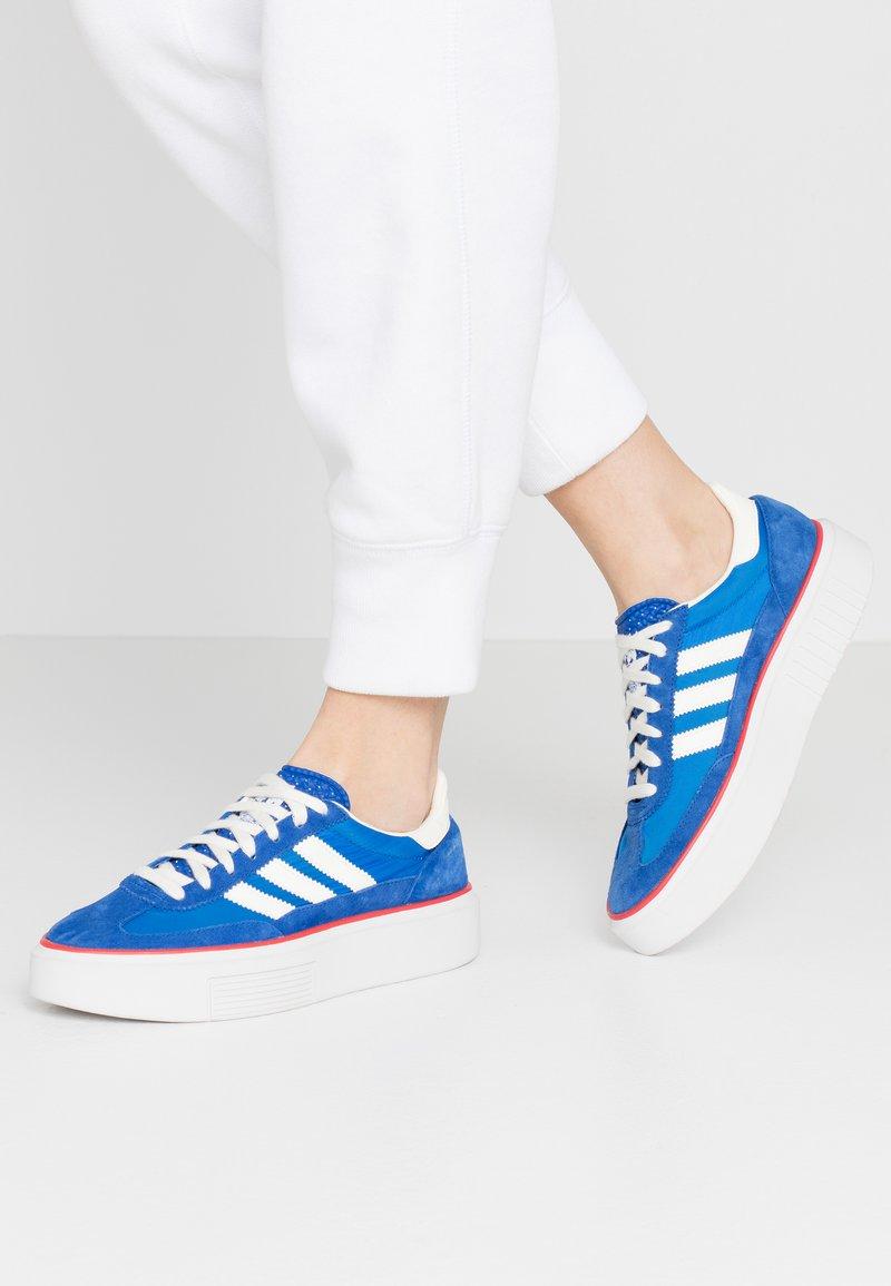 adidas Originals - SLEEK SUPER - Sneakersy niskie - royal blue/offwhite/glow blue