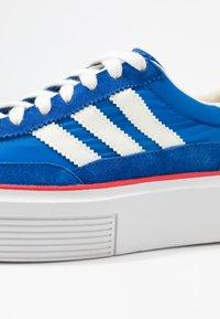 adidas Originals - SLEEK SUPER - Sneakersy niskie - royal blue/offwhite/glow blue - 2