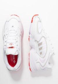 adidas Originals - 2000 - Joggesko - footwear white/grey one/purple tint - 3