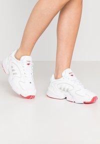 adidas Originals - 2000 - Joggesko - footwear white/grey one/purple tint - 0
