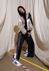 adidas Originals - SUPERSTAR BOLD - Sneaker low - footwear white/clear black/gold metallic - 3