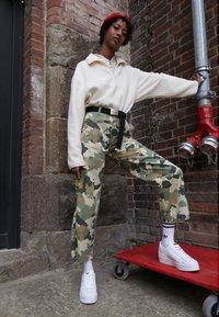 adidas Originals - SUPERSTAR BOLD - Sneakersy niskie - footwear white/gold metallic - 3