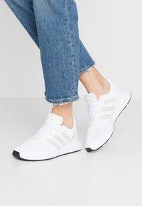 adidas Originals - SWIFT - Sneakersy niskie - footwear white/grey one/core black - 0