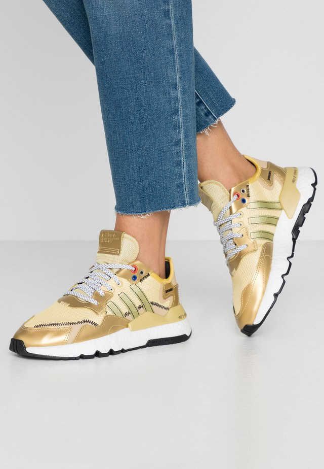 NITE JOGGER  - Sneakersy niskie - gold metallic/core black