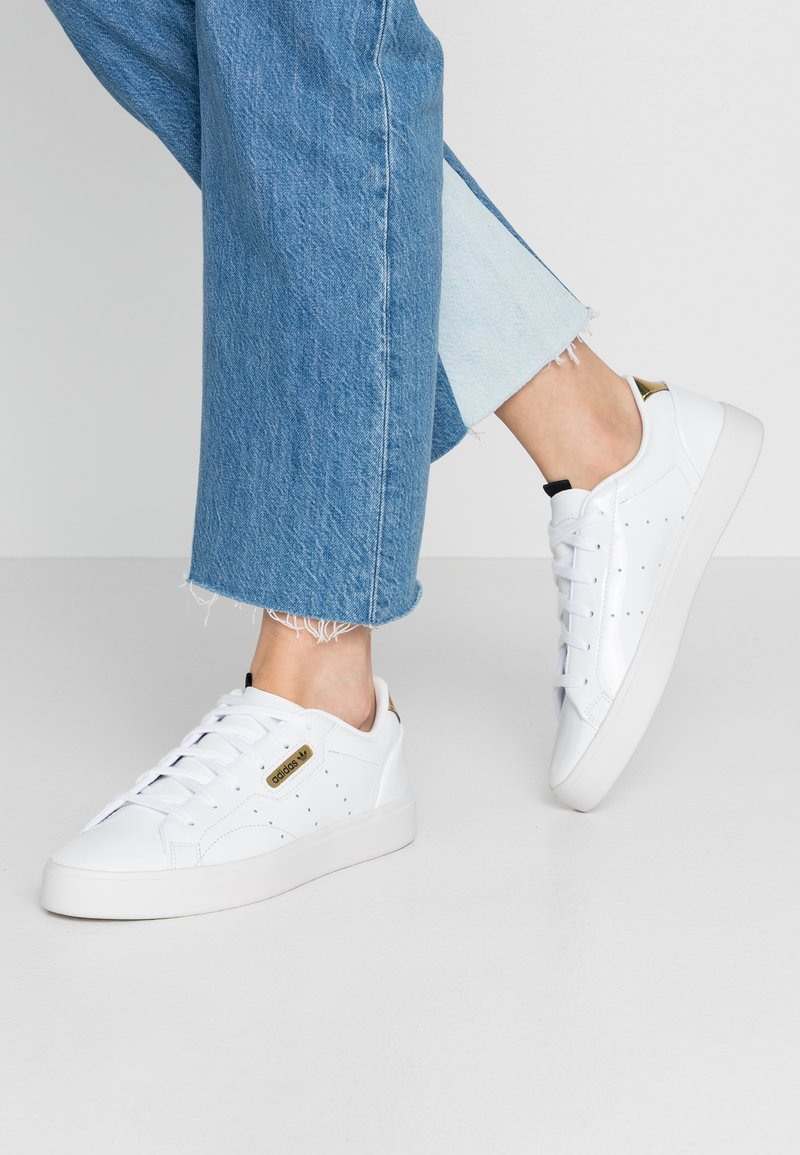 adidas Originals - SLEEK - Joggesko - footwear white/crystal white/gold metallic