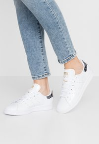 adidas Originals - STAN SMITH - Sneakers - footwear white/clear black/gold metallic - 0
