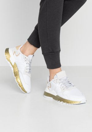 NITE JOGGER  - Trainers - footwear white/periwinkle/gold metallic