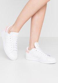 adidas Originals - STAN SMITH  - Sneakers laag - footwear white/glow pink - 0
