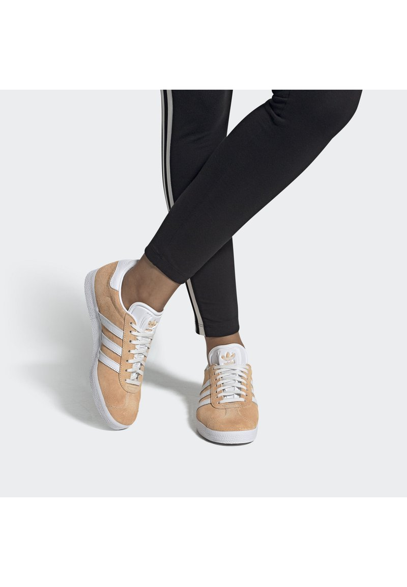 adidas Originals - GAZELLE SHOES - Baskets basses - orange