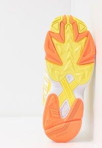 adidas Originals - Sneakersy niskie - footwear white/solar orange/shock yellow - 6