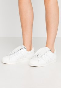 adidas Originals - SUPERSTAR  - Sneakers laag - footwear white/offwhite/gold metallic - 0