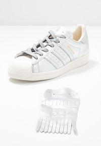 adidas Originals - SUPERSTAR  - Sneakers laag - silver metallic/clear white - 7