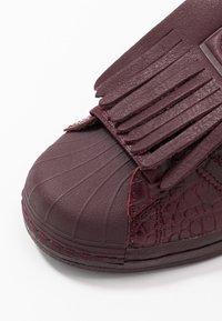 adidas Originals - SUPERSTAR FRINGE  - Sneakers laag - maroon/gold metallic - 2