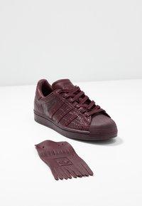 adidas Originals - SUPERSTAR FRINGE  - Sneakers laag - maroon/gold metallic - 7