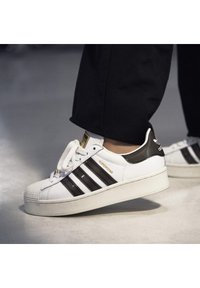 adidas Originals - SUPERSTAR BOLD W - Sneakers laag - white - 0
