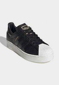 adidas Originals - SUPERSTAR BOLD W - Sneakers laag - black - 5