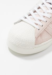 adidas Originals - ADIDAS ORIGINALS  X GIRLS ARE AWESOME SUPERSTAR BOLD - Sneakers laag - footwear white/signal coral/iced pink - 2