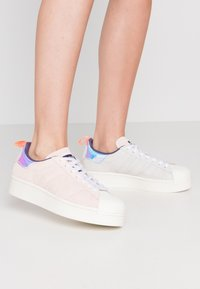 adidas Originals - ADIDAS ORIGINALS  X GIRLS ARE AWESOME SUPERSTAR BOLD - Sneakers laag - footwear white/signal coral/iced pink - 0