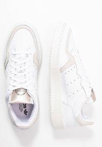 adidas Originals - SUPERCOURT  - Baskets basses - footwear white/platin metallic - 3