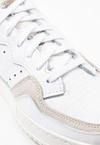adidas Originals - SUPERCOURT  - Baskets basses - footwear white/platin metallic - 2